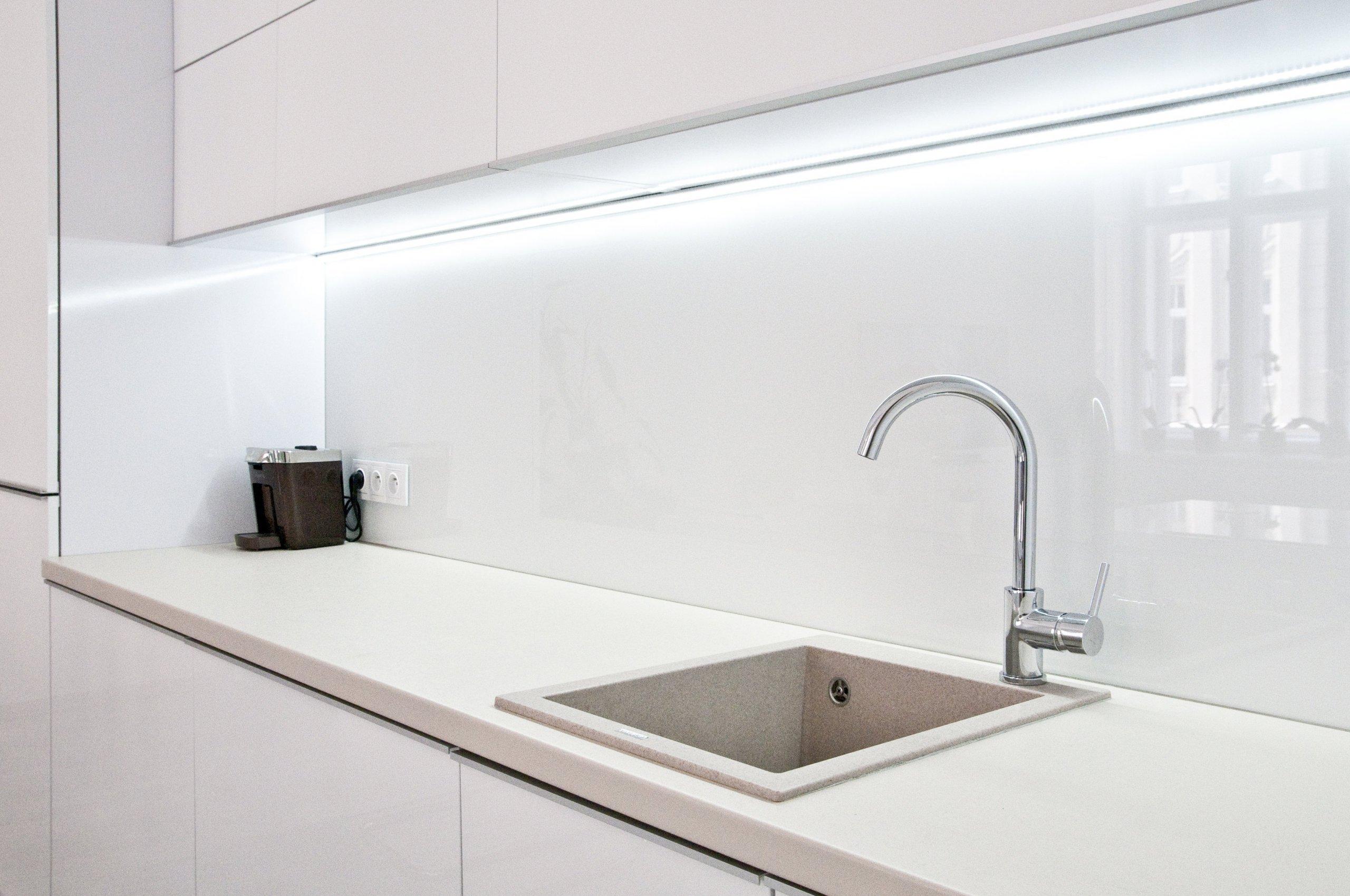 Krásná kuchyňská linka, která je laděna převážně do bílé barvy. Kuchyně působí velmi čistým, jemným a klidným dojmem. Lesklost materiálů, použití skla a světlé…