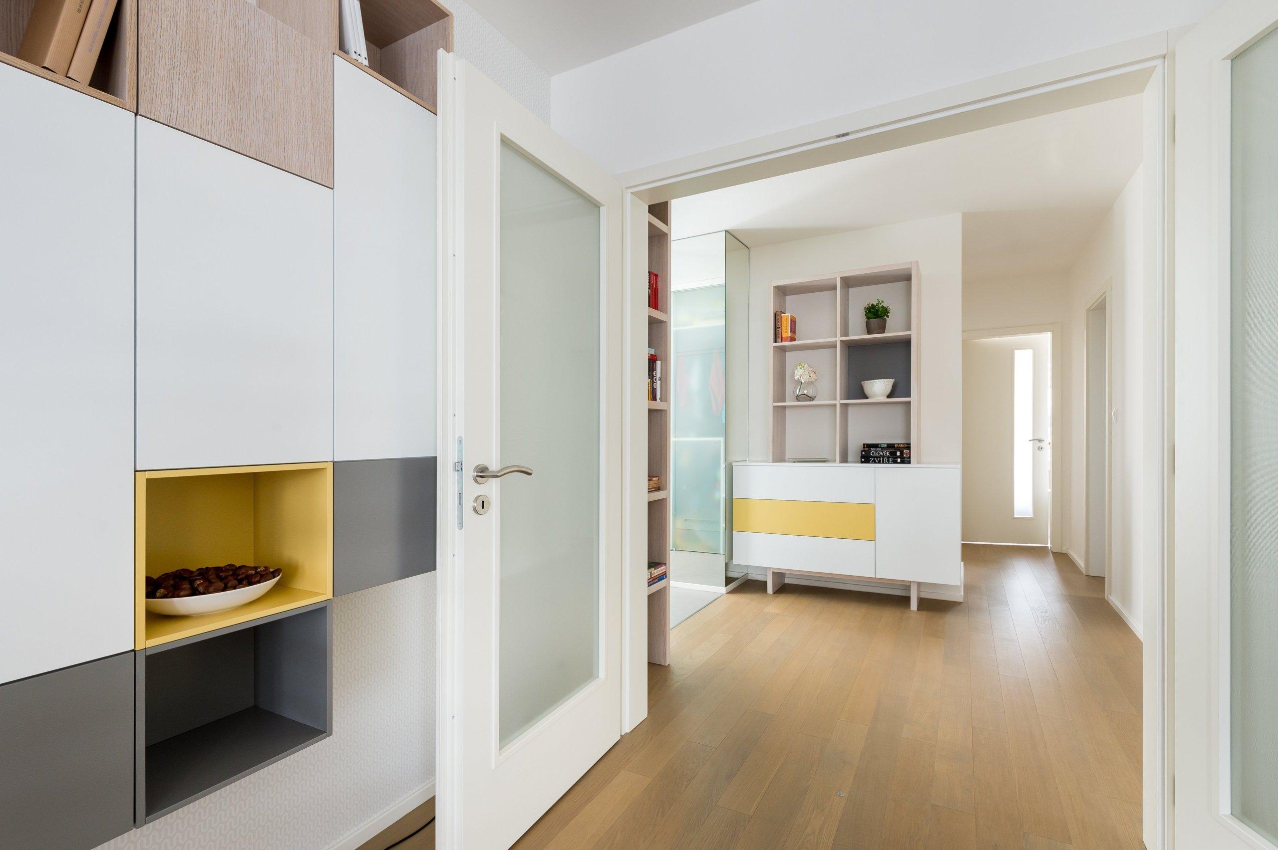 Optické zvětšení obývacího pokoje použitím stejného nábytku v předsíni