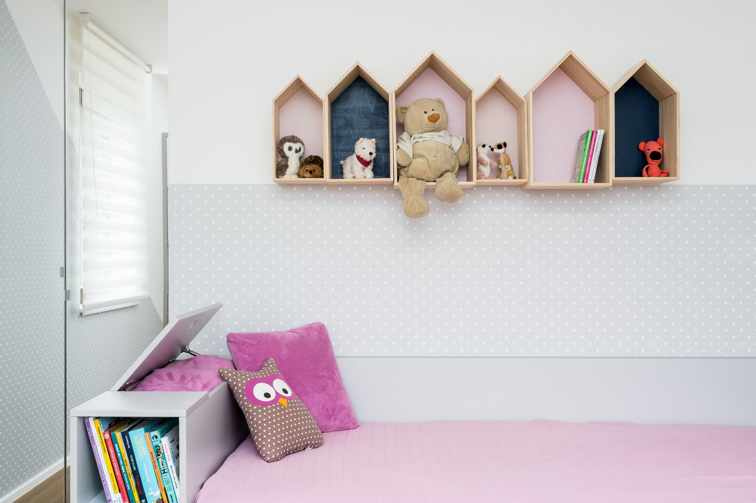 Detail poliček nad postelí a úložného prostoru  na peřiny