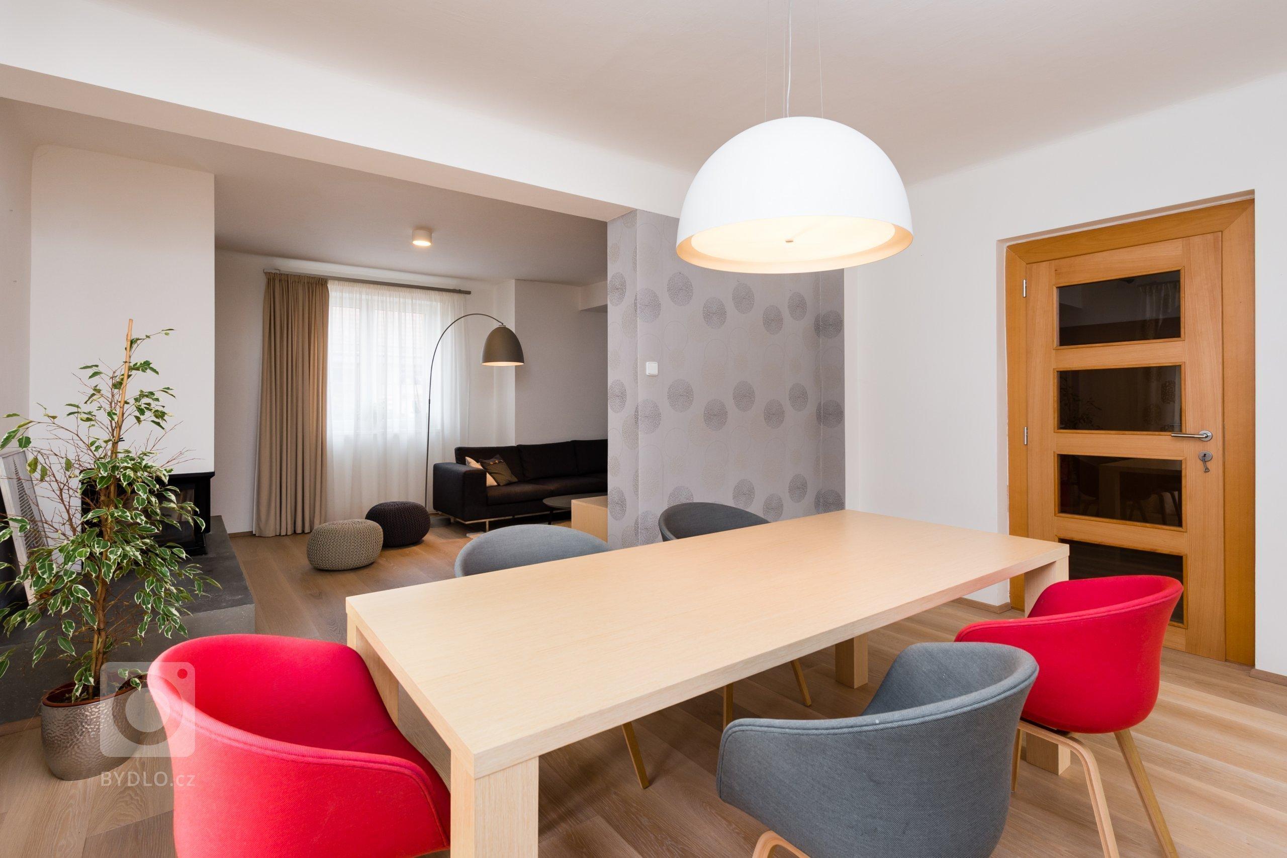 Interiér domu z devadesátých let potřeboval rekonstrukci. Jde o kuchyň s jídelnou a obývací pokoj. Majitelé mají rádi jednoduchý design, střídmou barevnost a…