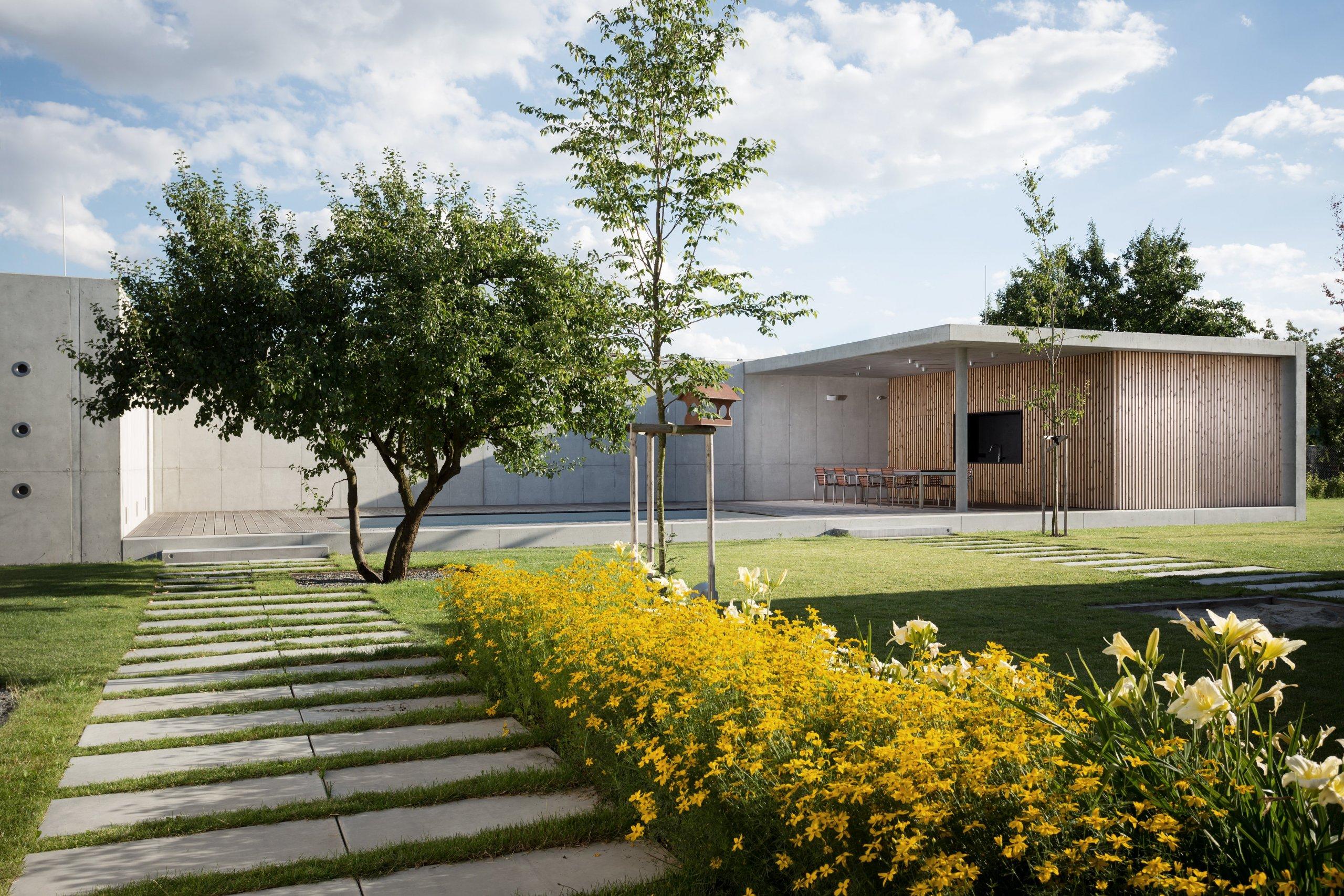 Zahradní pavilon byl realizován jako 2. etaparodinného domu vOlomouci - Slavoníně. Pavilon je umístěn na jižní hranici pozemku a zakončuje pohled z…