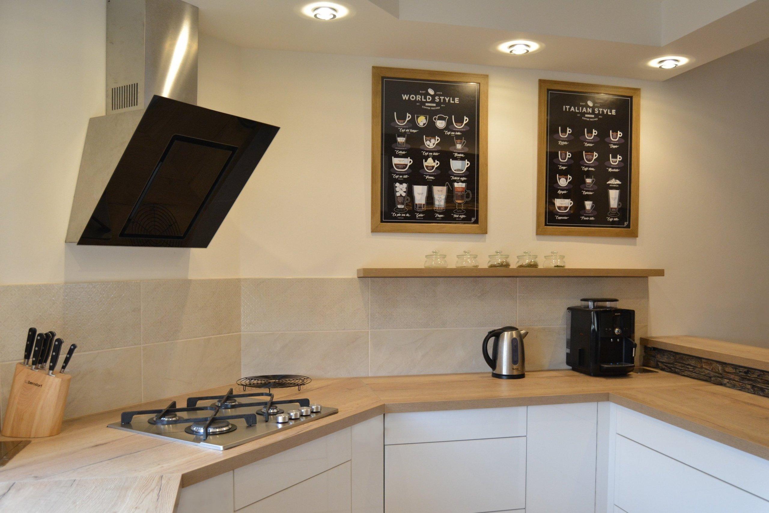 Rekonstrukce kuchyně a jídelny se zásadní změnou dispozic - přemístění kuchyňské linky, změna tvaru z L na G, vytvoření jídelního koutu pomocí trámů a…