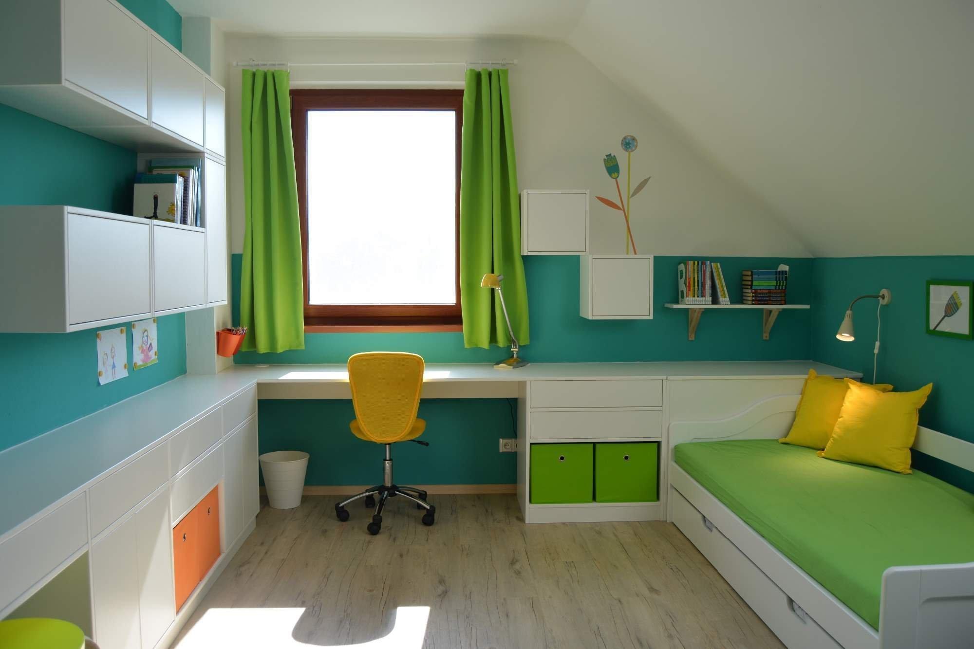 Podkrovní pokojíček pro budoucí školačku… Přáním rodičů bylo získat co nejvíce úložného prostoru a zakomponovat přídavné lůžko. Samozřejmostí bylo…