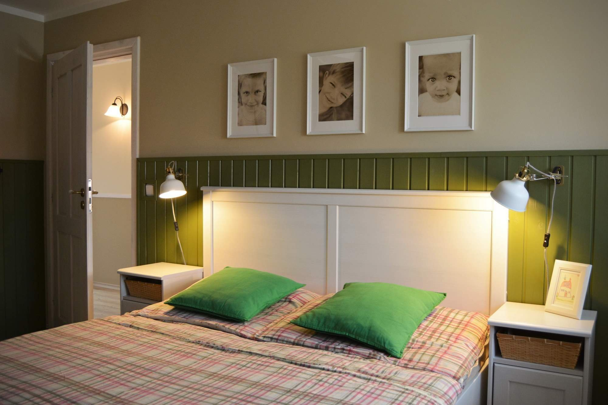 Návrh ložnice v teplých tónech béžové a zelené, požadavek úložného prostoru na dokumenty se stolemk příležitostné práci u něj.
