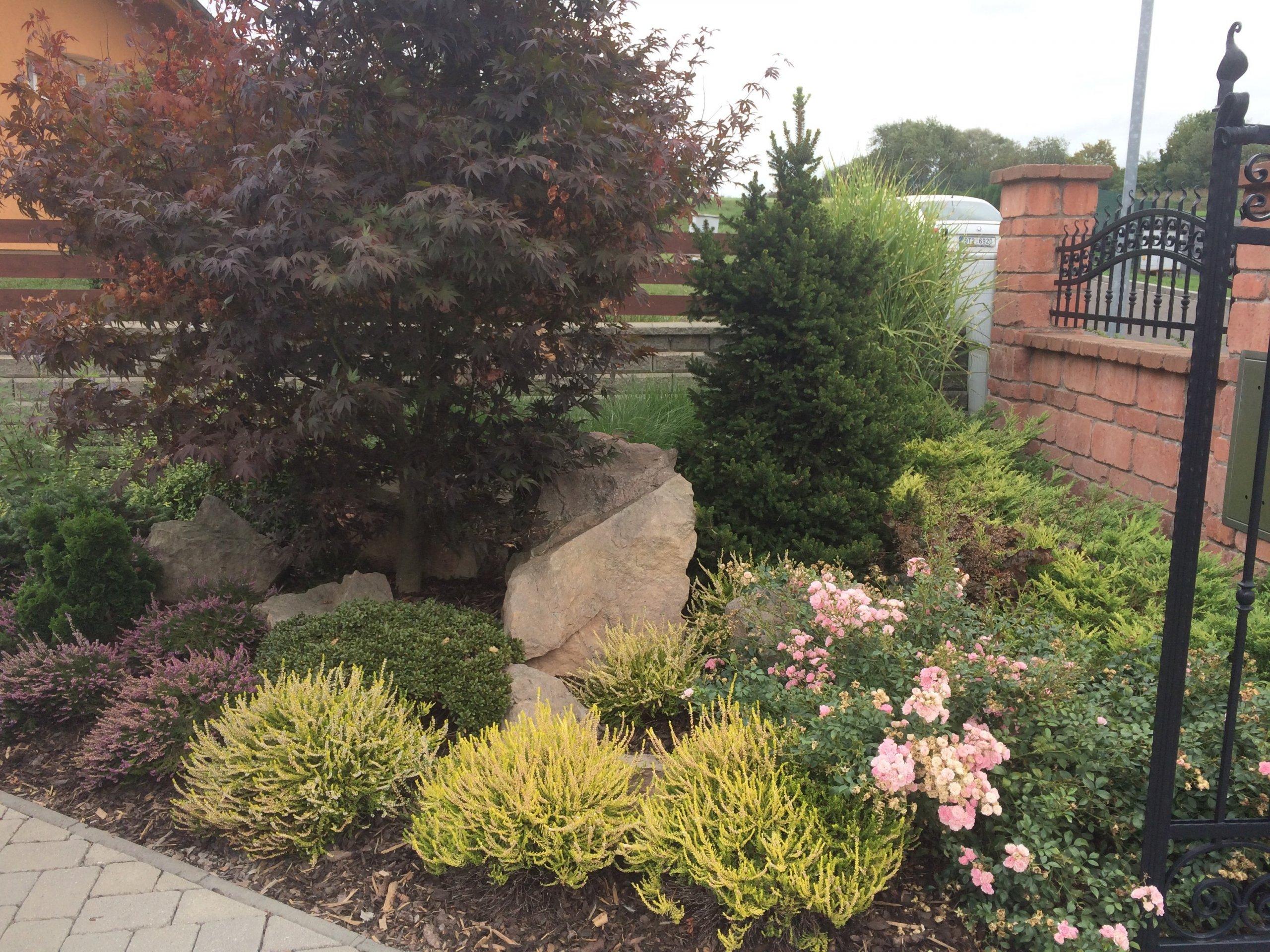 Rodinná zahrada u domu ve Fulneku, dle přání majitele použito mnoho kamenů a rozmanitých druhů rostlin