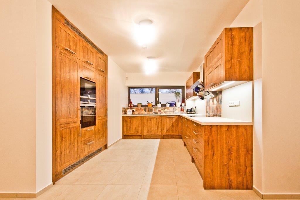 Naši designéři navrhovali kuchyň proklienta zKobylnic.  Stylová azároveň netradiční kuchyň srámečkovou výplní vprovedení dvířek…