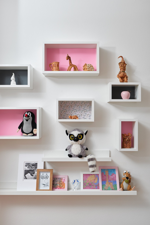 Pokojíček pro dvě holčičky (5 a 9 let) s požadavkem na dostatek úložných prostor. Z oblíbených témat dětí (lemuři a Hello Kitty) vzešla jasná barevná kombinace…