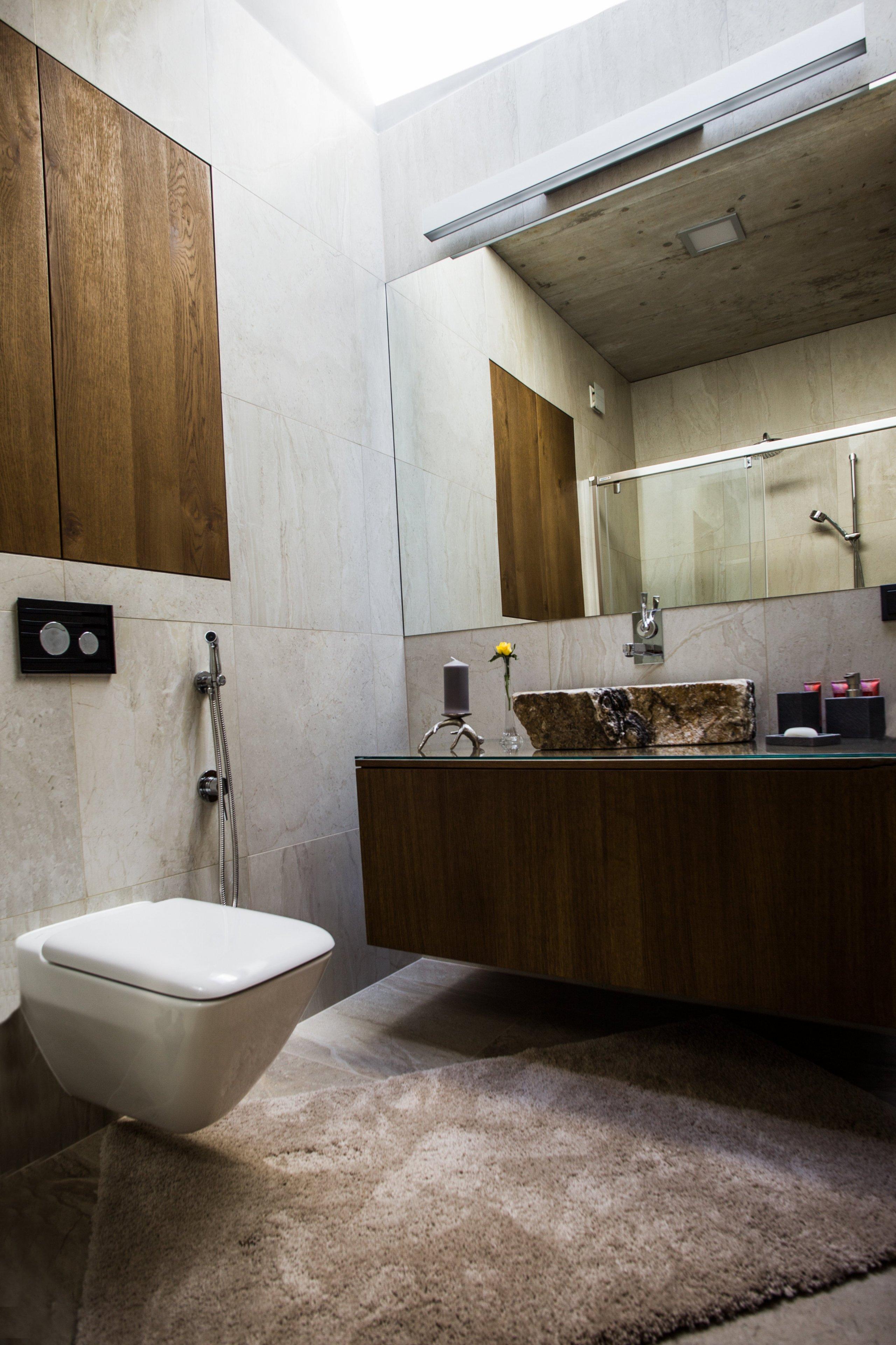 Záměrem architekta byl moderně pojatý dům maximálně přiblížitpřírodě.  Proto byly záměrně použity dubové dýhy s viditelnými vypadanými suky a dýhy s…