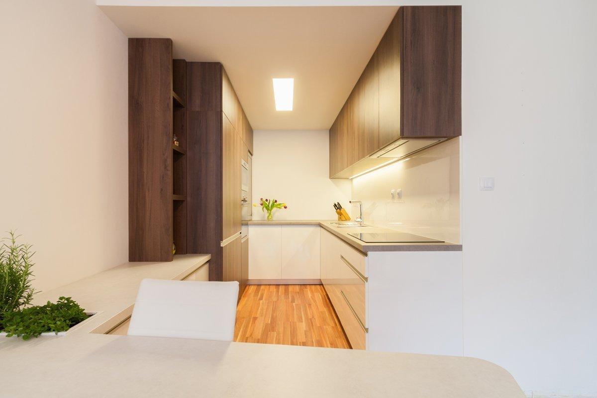 Malý otvor do kuchyně jsme rozšířili, čímž jsme vnesli do kuchyně v panelovém domědenní světlo.Nábytkem ke stropu jsme vyřešili odkládací…