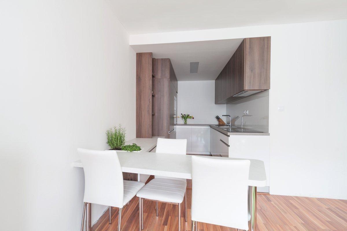Pôvodná kuchyňa v pražskom paneláku si po rokoch používania vyžadovala kompletnú rekonštrukciu. Poskytovala len málo priestoru a vďaka priečke limitujúcej jej…