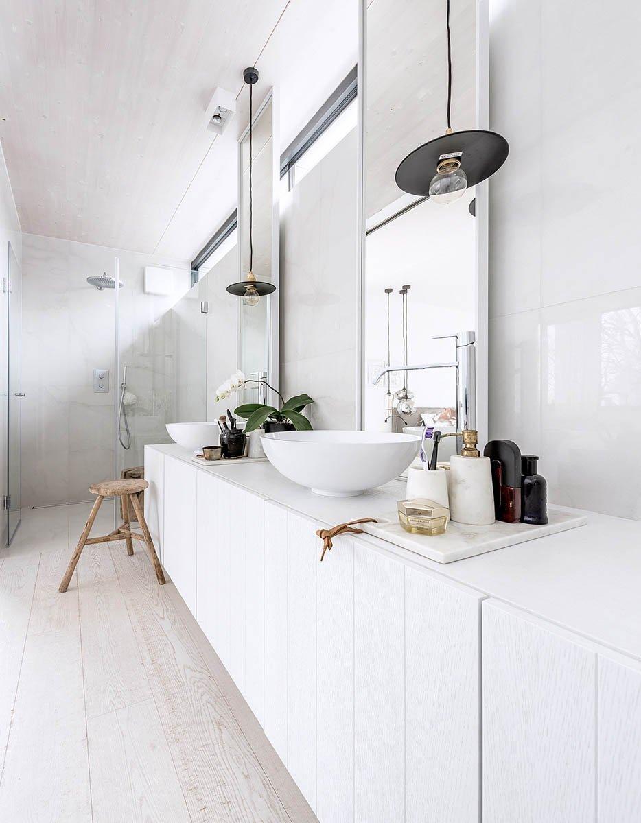 Dispozice domu je rozdělena do dvou podlaží. Strohá geometrie s pravoúhlými liniemi nábytku a prostorové bílé struktury probíhají interiérem a tím celý prostor…