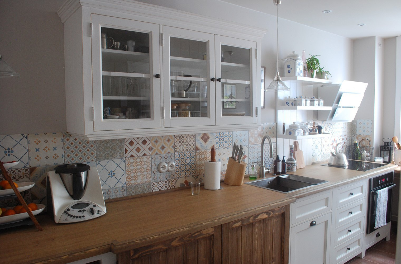 Oslovila mě kamarádka Lucka s tím, že by si moc přála předělat kuchyň ve svém panelovém bytě a to do stylu našich kuchyní. Snažila jsem se jí nejdříve odradit,…