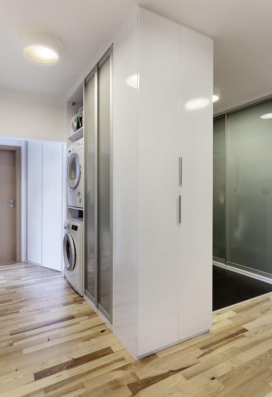 Mladý pár chtěl navrhnout komplet celý byt 2 kk o rozloze 70 m2. Hlavní obytným prostorem je spojená kuchyně s obývací částí, kde předěl vytváří středová stěna…