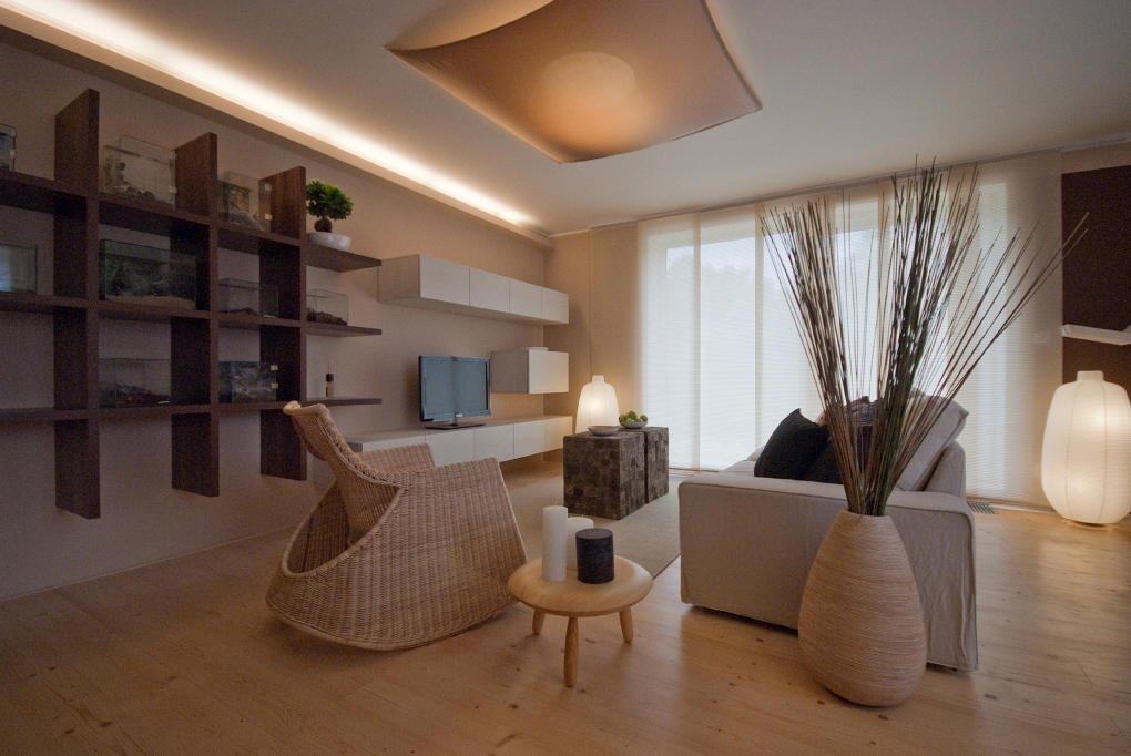 Interiér laděný do zemitých přírodních odstínů s motivy dálného východu.