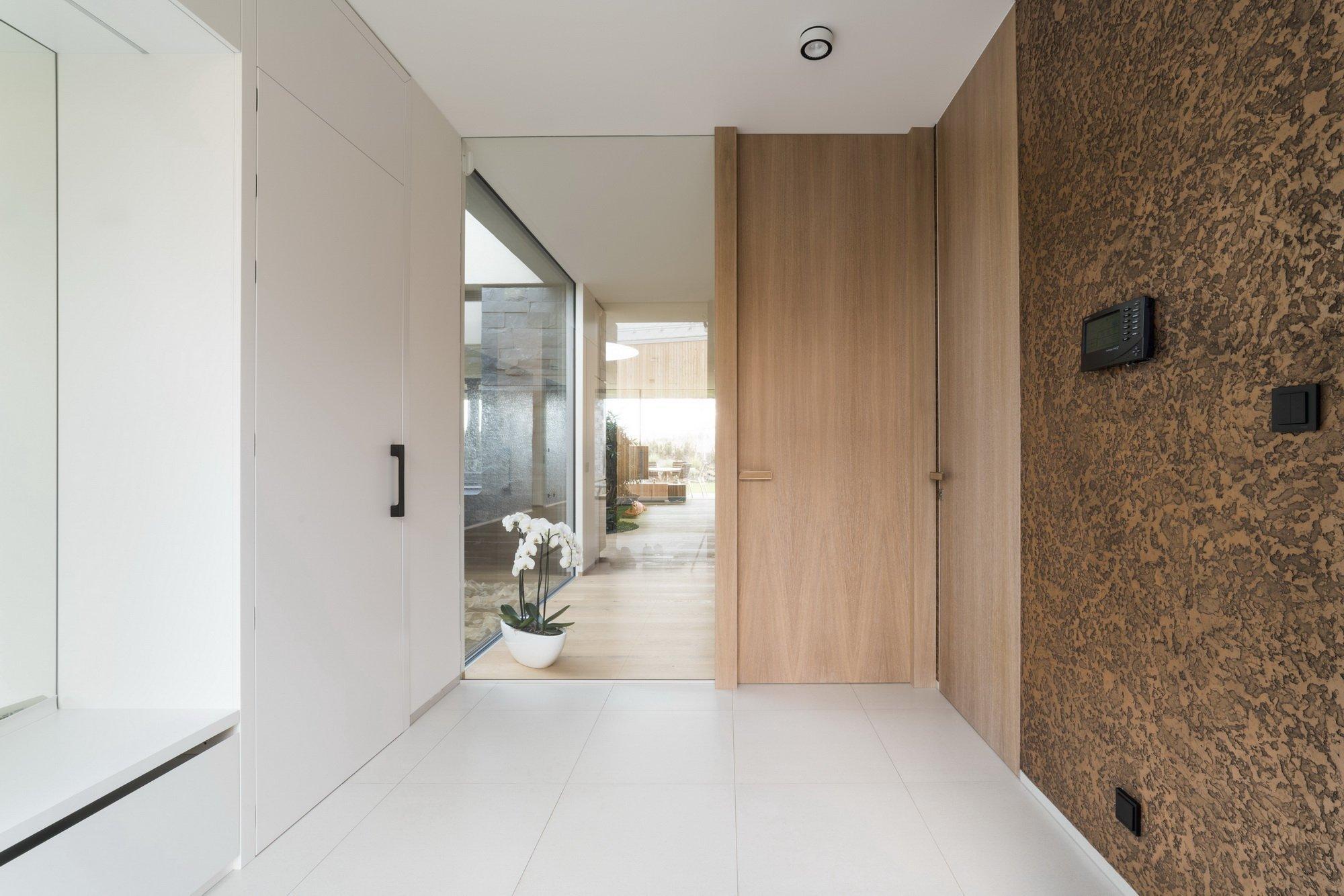 Hlavním konceptem bylo vytvořit otevřený fluidní prostor, který nebude mít žádné zbytečné dveře, chodby ani překážky. Je to jeden z příkladů, jak může dům díky…