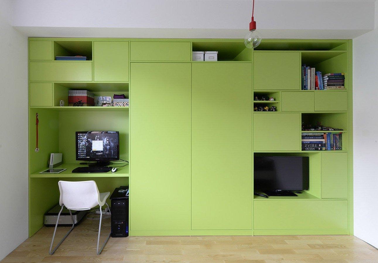 Hlavní nosnou myšlenkou je skříňová stěna, ve které se nachází veškeré úložné prostory, pracovní místo, šatní skříň, prostor pro TV a knihovna. Skříň je…
