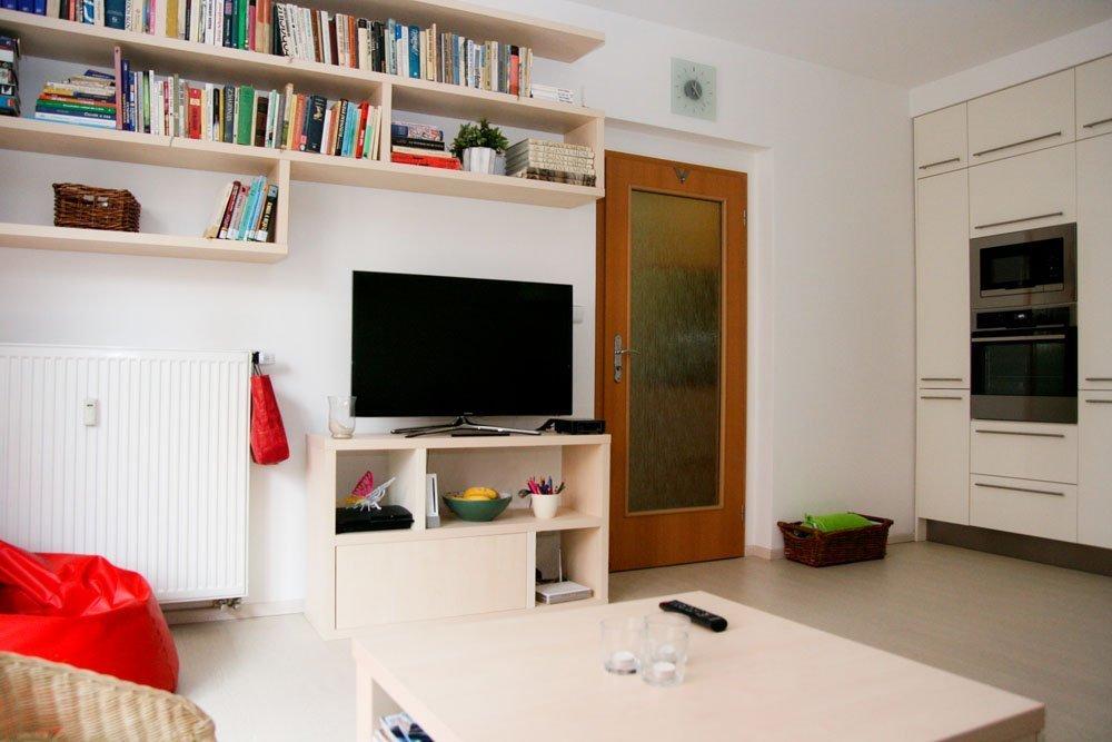Rekonstrukci pražského panelového bytu naprojektovali architekti zTotostudia. Původně tmavý přízemní byt se výrazně prosvětlil. Nábytek je vyroben v&nbsp…