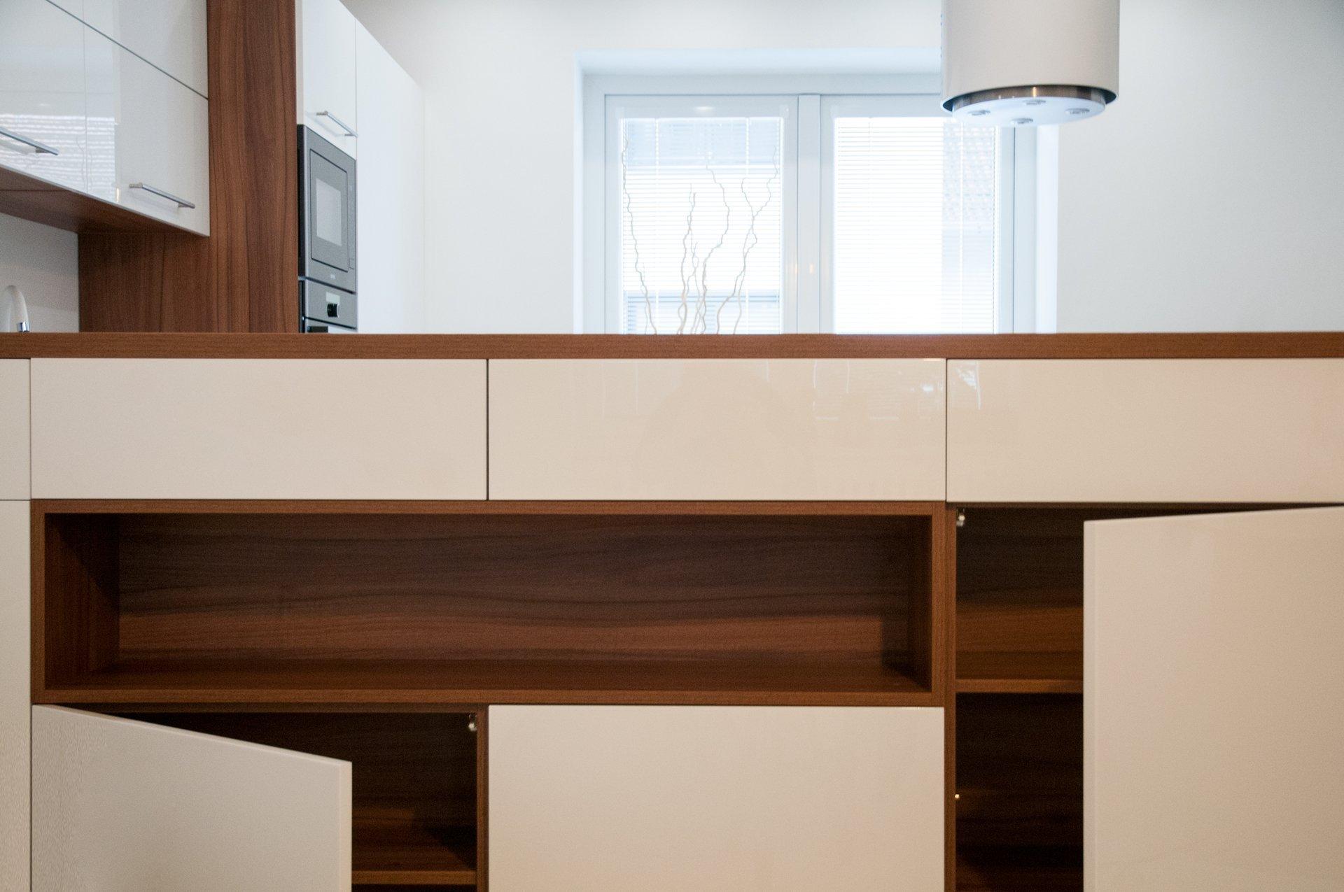 Při přestavbě rodinného domu byla stržena stěna dělící obývací část od kuchyně. Vznikla tak jedinečná prostorná místnost, která je elegantě oddělená barovým…