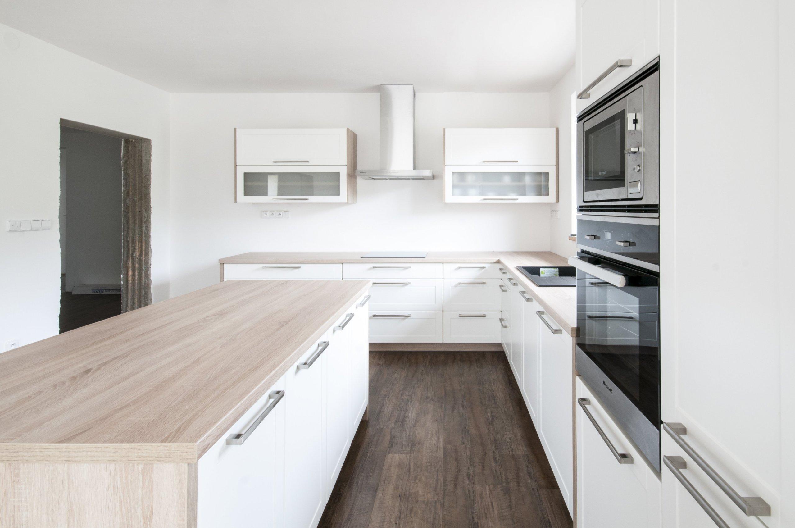 Ideální kuchyň pro mladou rodinu. Velkoryse prostorná místnost umožnila zakomponování praktického pracovního ostrůvku. Z technických prvků stojí za zmínku…