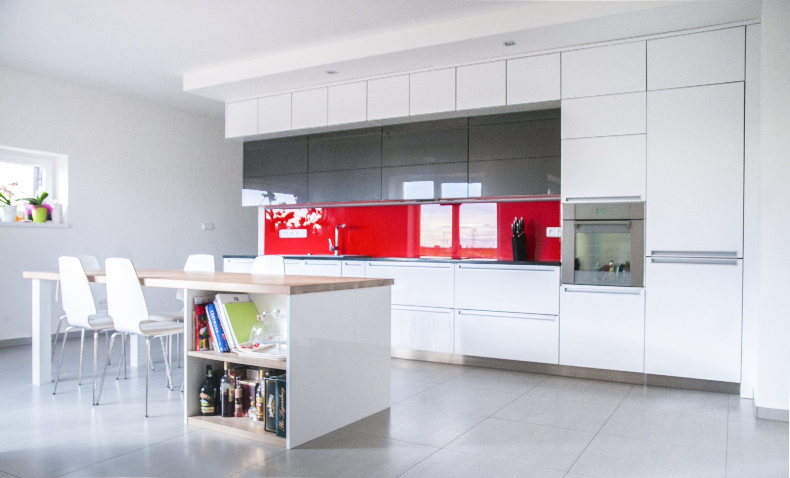 Moderní minimalistický design. Hladké a rovné plochy jsou zvýrazněny bezúchytovými mechanismy a zápustnými úchyty. Luxusní punc dodávají kuchyni elegantní…