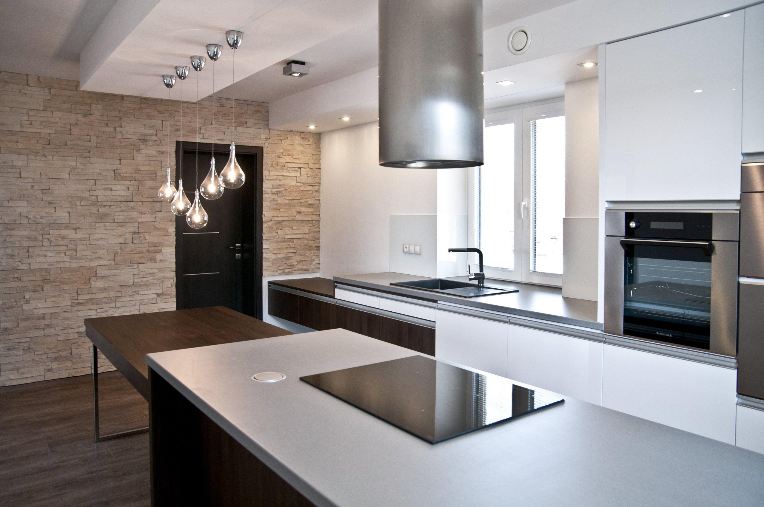 Velice moderní kuchyňská sestava působící luxusním dojmem. Majitelé vsadili na bílou lesklou barvu a velmi oblíbený dekor ořechu Ribera. Krásu kuchyně pak…