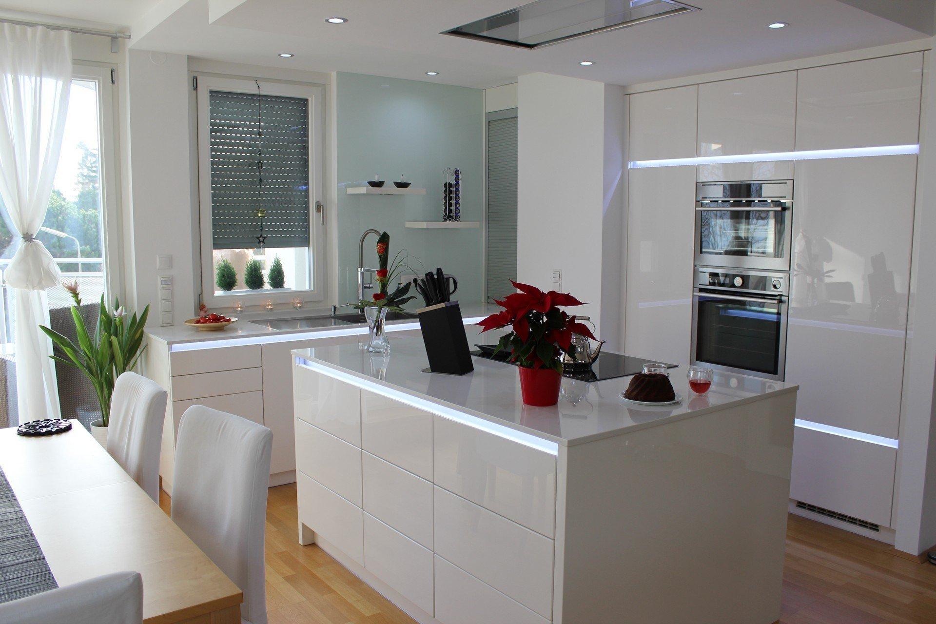 Realizace moderní kuchyně ve Vídni. Kuchyně INFINI - Dvířka lakovaná polyesterovým lakem ve vysokém lesku, výsuvy s el. otvíráním ServoDrive. Pracovní deska…