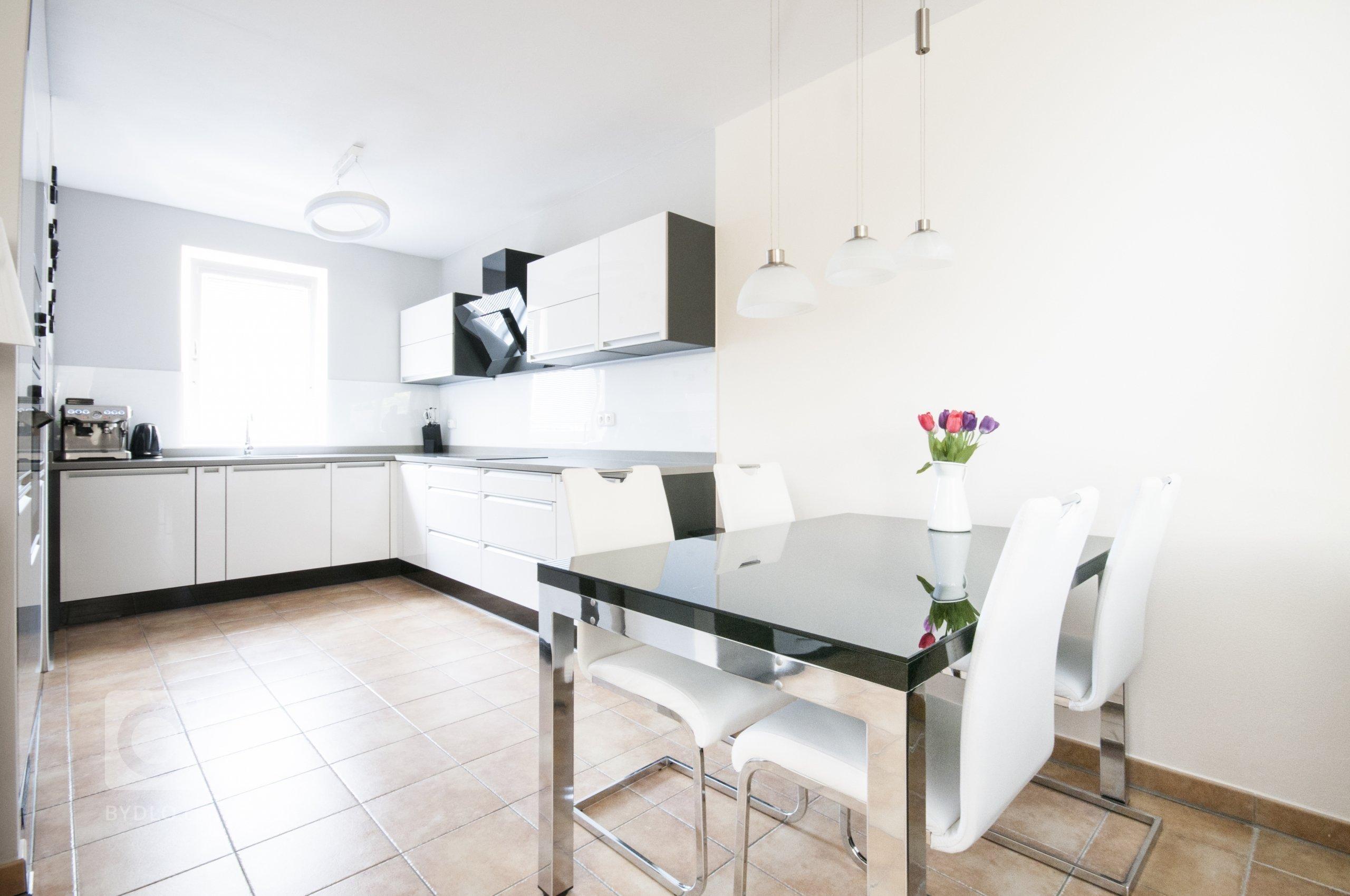 Elegantní a jednoduchá kuchyň sází na výrazný kontrast bílých a černých ploch. Lesklá dvířka a obklad kladou vyšší nároky na údržbu, ty jsou však bohatě…