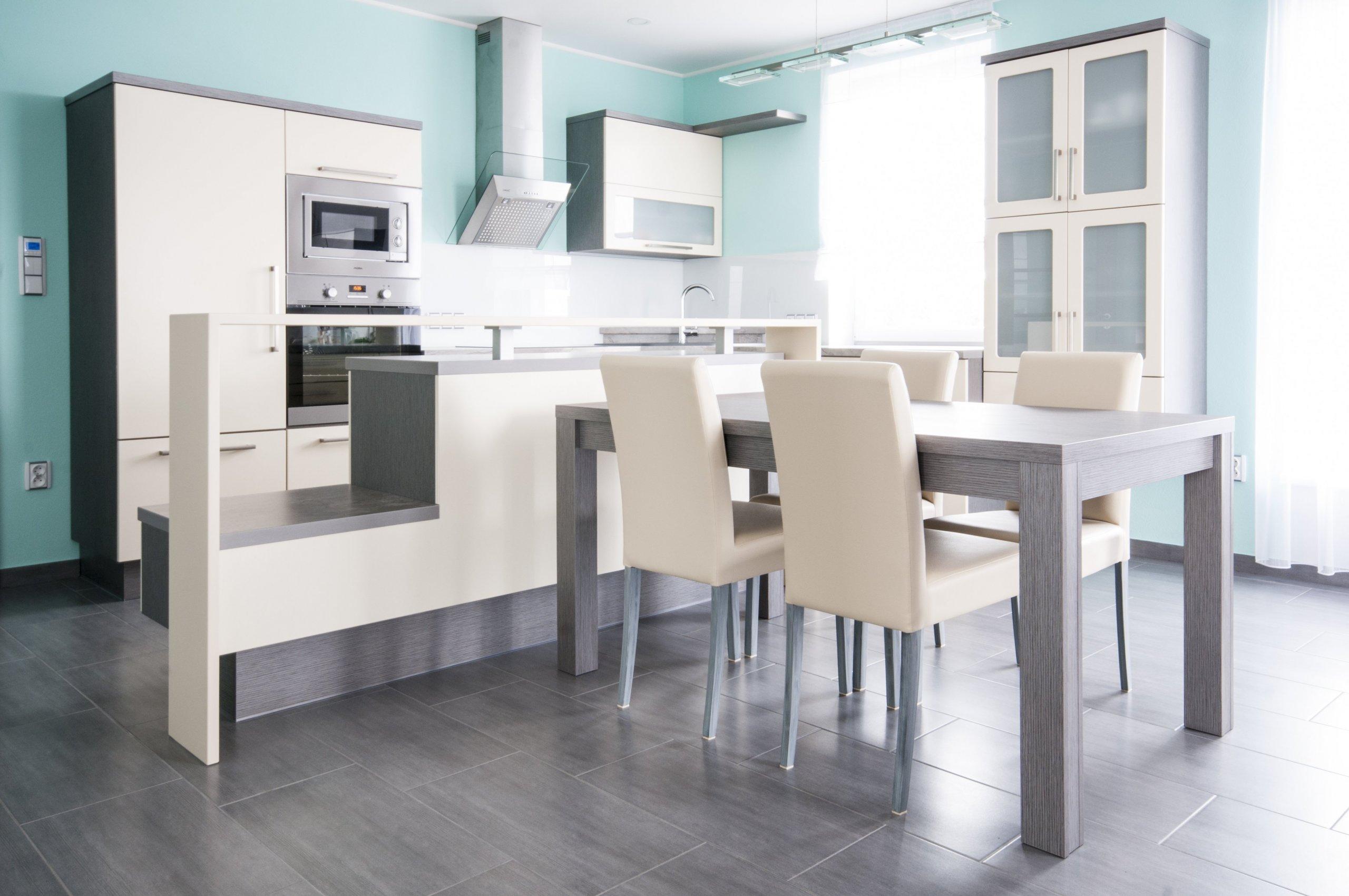 Do posledního detailu vyladěná kuchyň zapadá do celkového konceptu interiéru novostavby. Několik zajímavých designových prvků kuchyň odlehčuje a odlišuje od…
