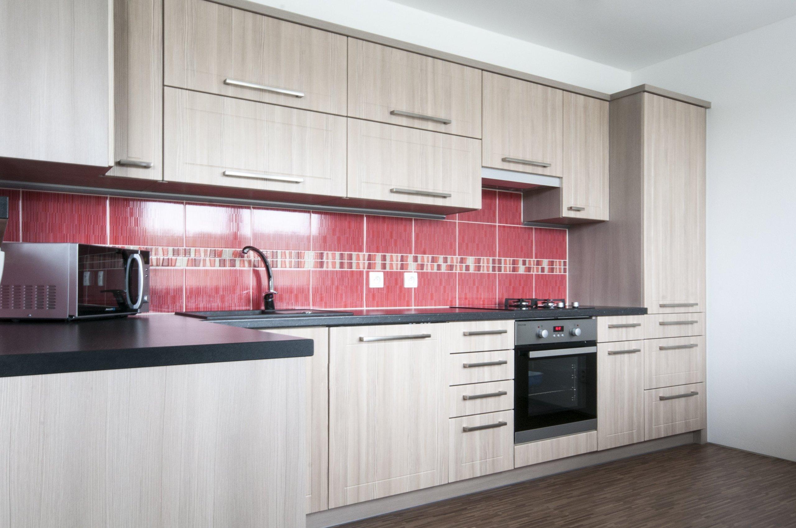 Útulná kuchyň v jemném tónu světlého dřeva splňuje veškeré požadavky mladé rodiny. Do malého prostoru se podařilo vměstnat vše podstatné včetně vestavěné…