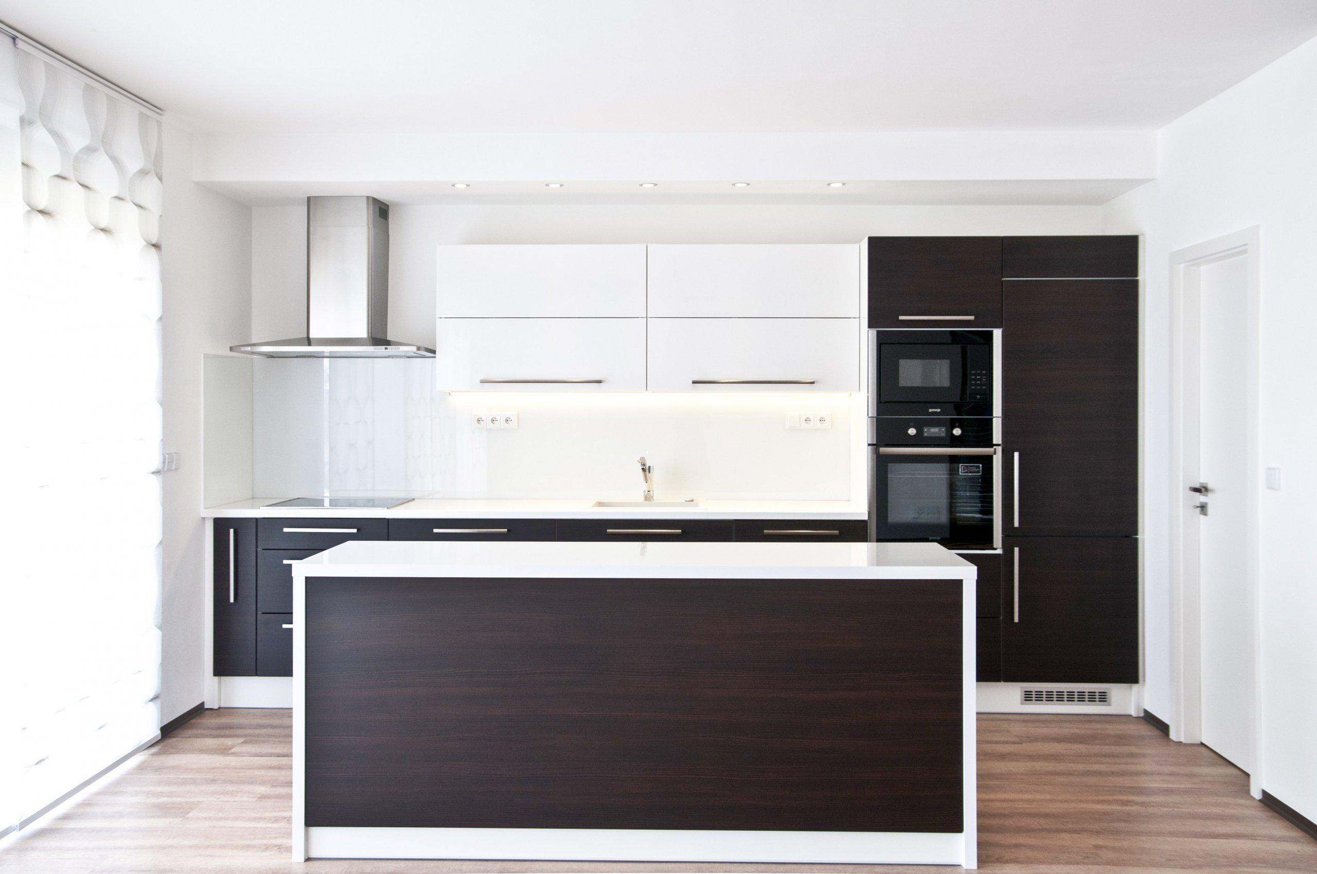 Moderní kuchyňská linka, jejíž majitelé vsadili na čistý a jednoduchý design. Základním tónem kuchyně je bílá barva, jež je doplněna o výrazný dekor tmavého…