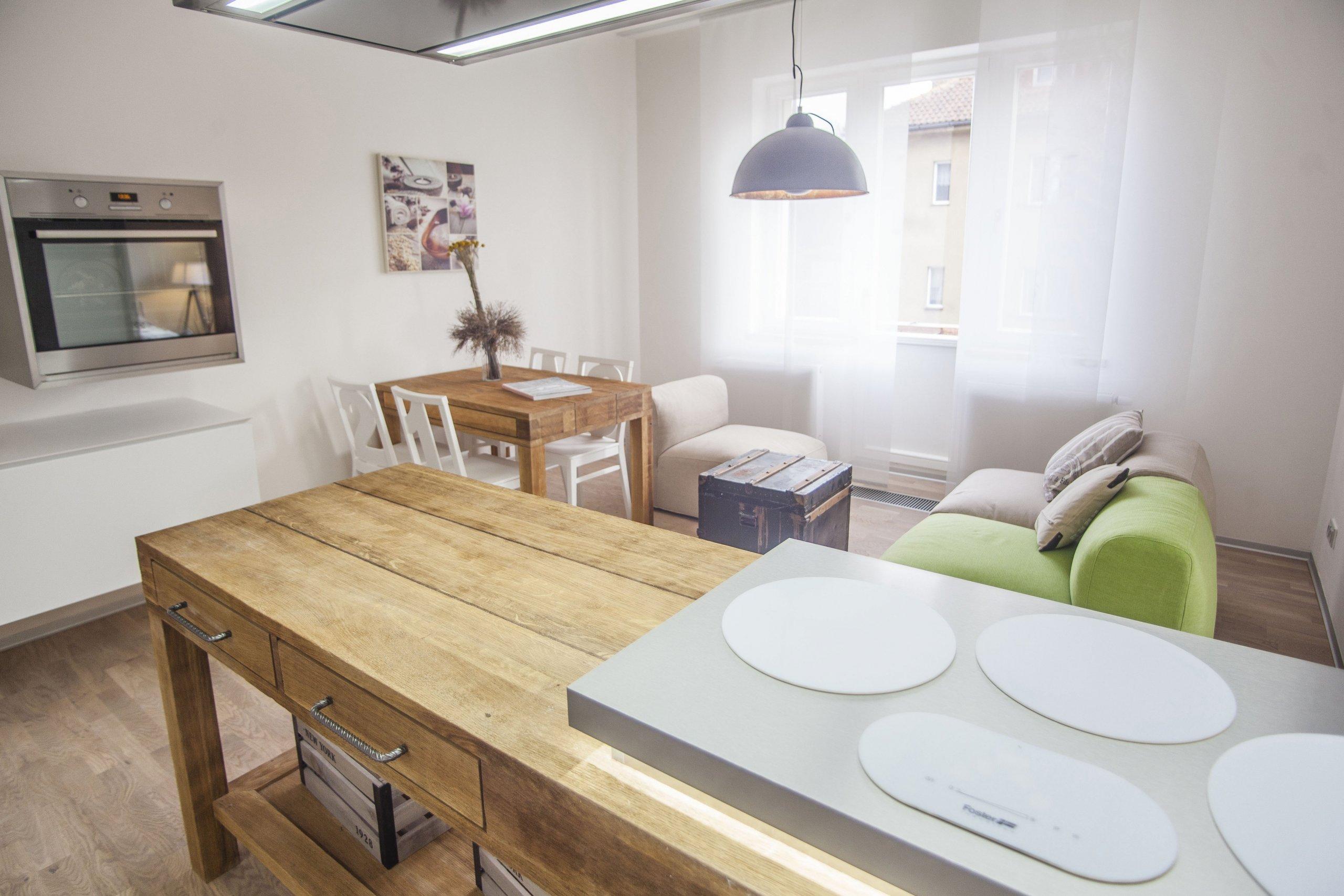 Kuchyň v americkém stylu Colonial dokonale propojuje na první pohled zdánlivě nesourodé kovové plochy s přírodními dřevěnými stoly. Netradičních prvků je v…