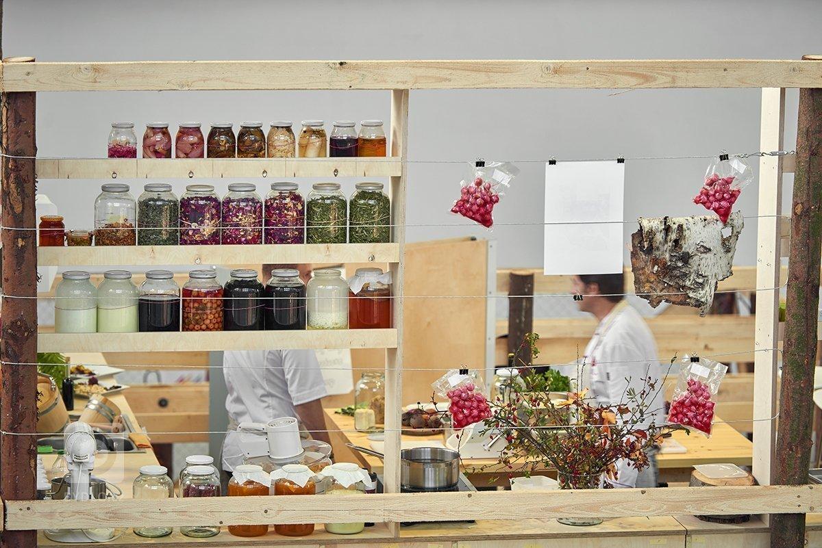Dočasná instalace pro designblok. Vitra Hub je živoucí kreativní prostor, který voní jídlem, zní hudbou a tepe v rytmu návrhářského studia. Své ateliéry zde na…