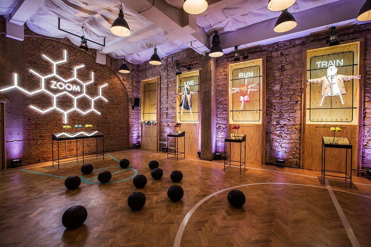 NIKE WOMEN STUDIO návrh a realizace prostoru pro Designblok 2014. Reinkarnace staré tělocvičny v novou interaktivní a multifunkční expozici, která prezentuje…