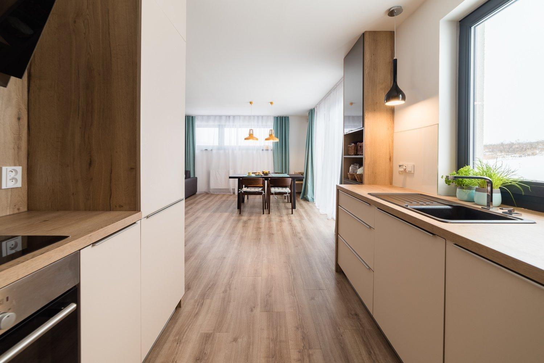 """Partnerská dvojicesi před nastěhováním do nové dřevostavby přála """"vzdušný teplý rodinný design"""". A konkrétně """"pro ni"""" –…"""