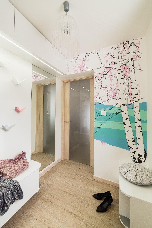 Dominantou malého zádveří RD je tapeta s motivem bříz od finské značky Marimekko, která je známá svým osobitým severským designem. Netradiční jsou i věšáky,…