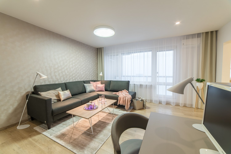 Rekonstrukce panelového bytu - vše ve světlých neutrálních tónech a čistých liniích. Hlavním cílem bylo místnosti co nejvíce sjednotit a provzdušnit.
