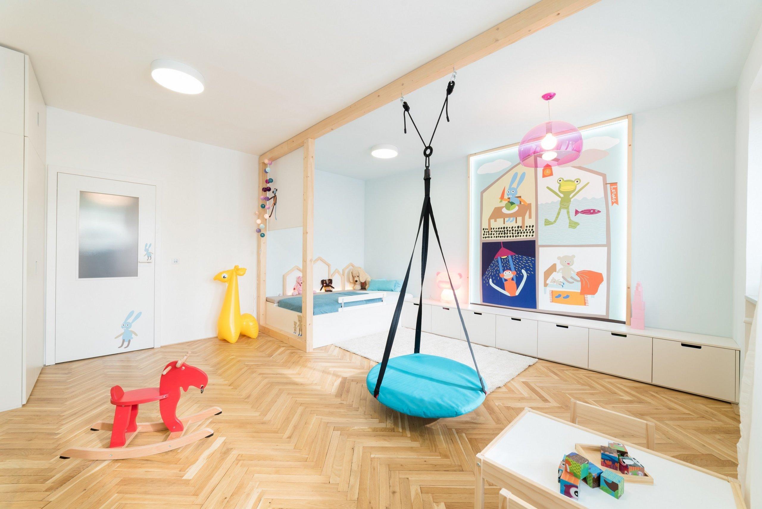 Prostrorný dětský pokoj byl navržen jako rostoucí, veškerý nábytek je zatím pro dítě ve školcesituován u podlahy, postupem času lze doplnit nástěnné…