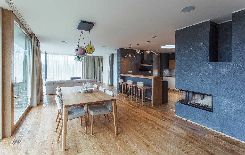 Představíme vám krásný dům citlivě zasazený do přírody s bohatým přísunem denního světla, ve kterém je jednou z dominant naše kuchyně v příjemném propojení…