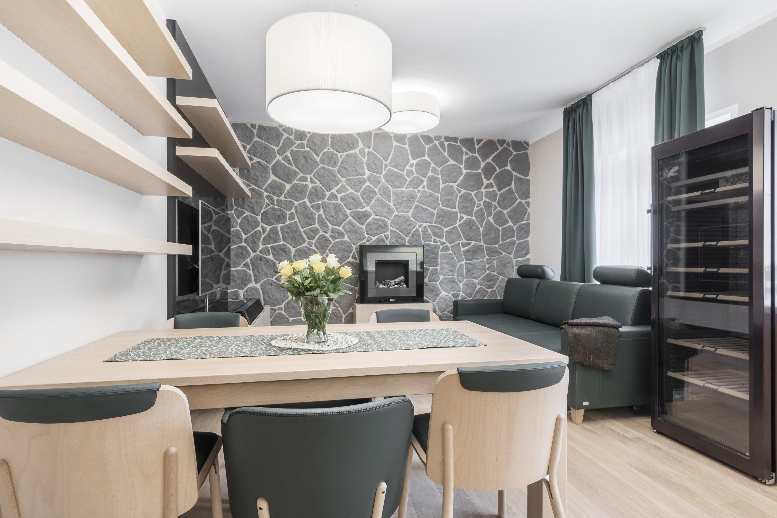 Proměna horského apartmánu pro stávající majitele. Zadáním bylo vytvořit útulný prostor s koupelnou navíc a rozdělením mezonetové jednotky na část pro majitele…