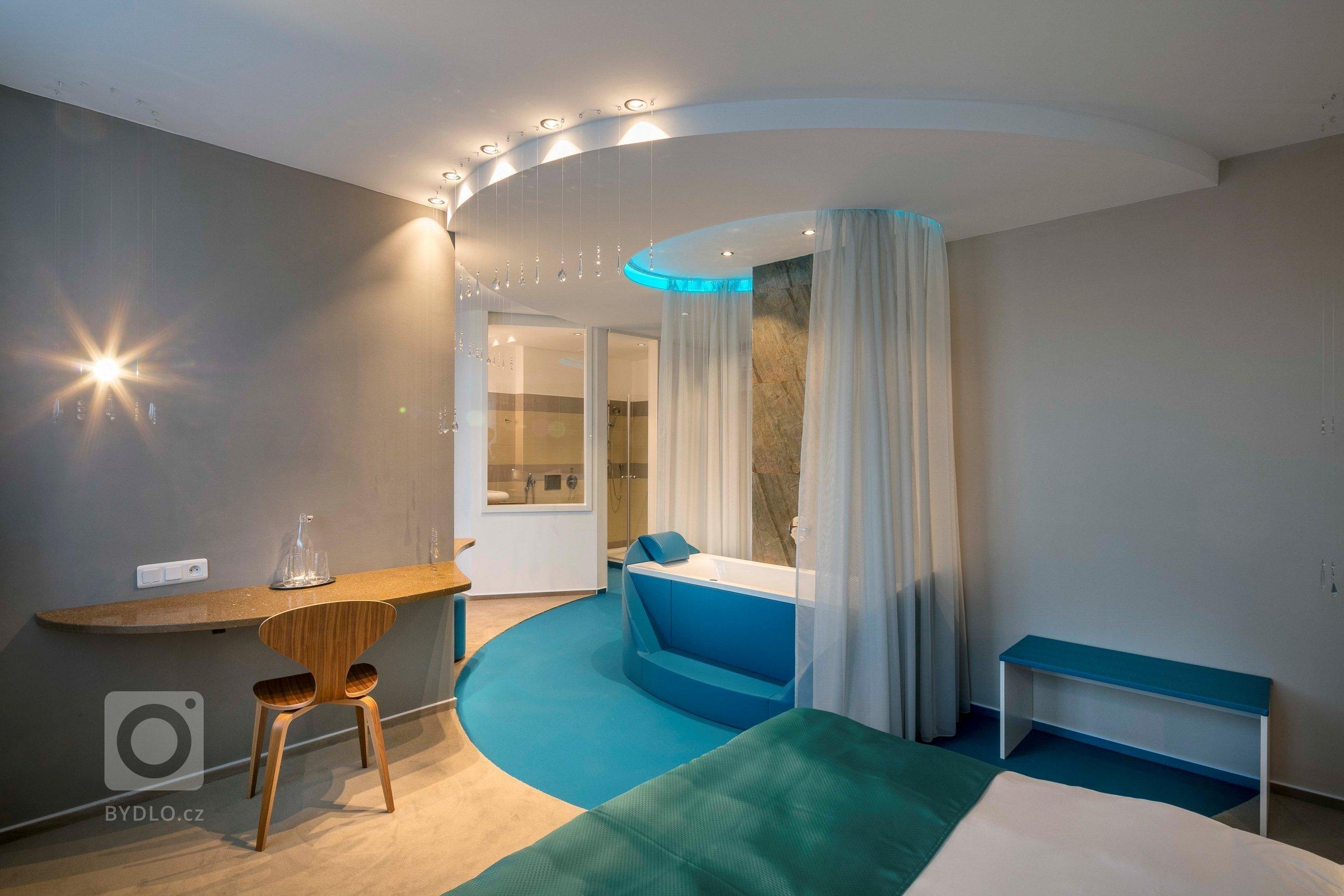 Interiér o výměře 32 m2 je půdorysně složen ze dvou místností. Snaha směřovala knavození iluze jednoho velkého prostoru s centrální pozicí vany, jíž je…