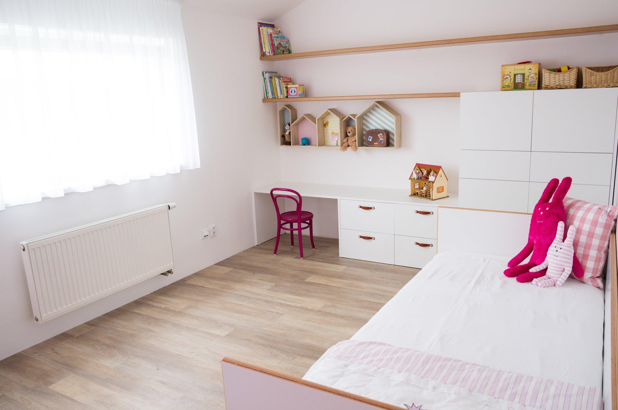 """Pokojíček pro holčičku ve školkovém věku a až z ní bude školačka, stačí jen přidat stůl pod okno a nad něj přemístit poličku """"houses"""". Nábytek je…"""