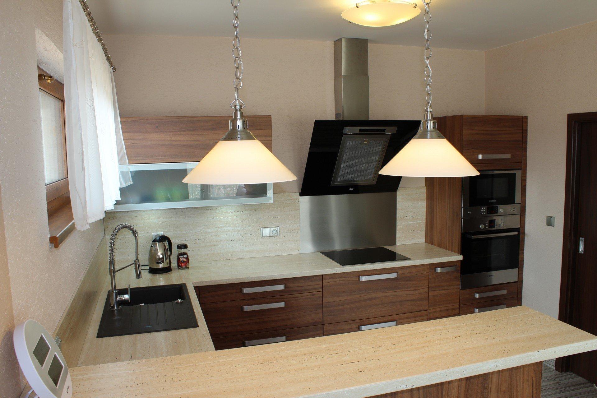 Elegantní kuchyně z lamina s velice pěknou barevnou kompozicí.