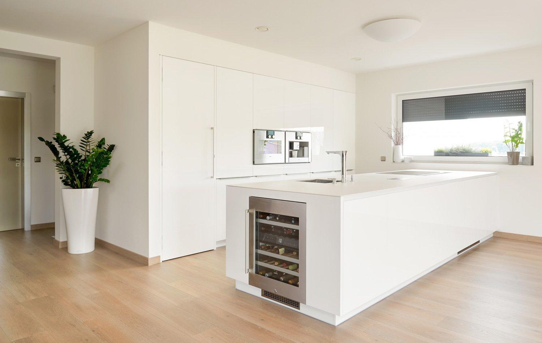 Majitelé rodinnéhodomu preferují kvalitní designový nábytek. Proto sáhli po moderní kuchyni HANÁK v bílém laku. Střídmý vzhled kuchyně COMFORT a čisté, ničím…