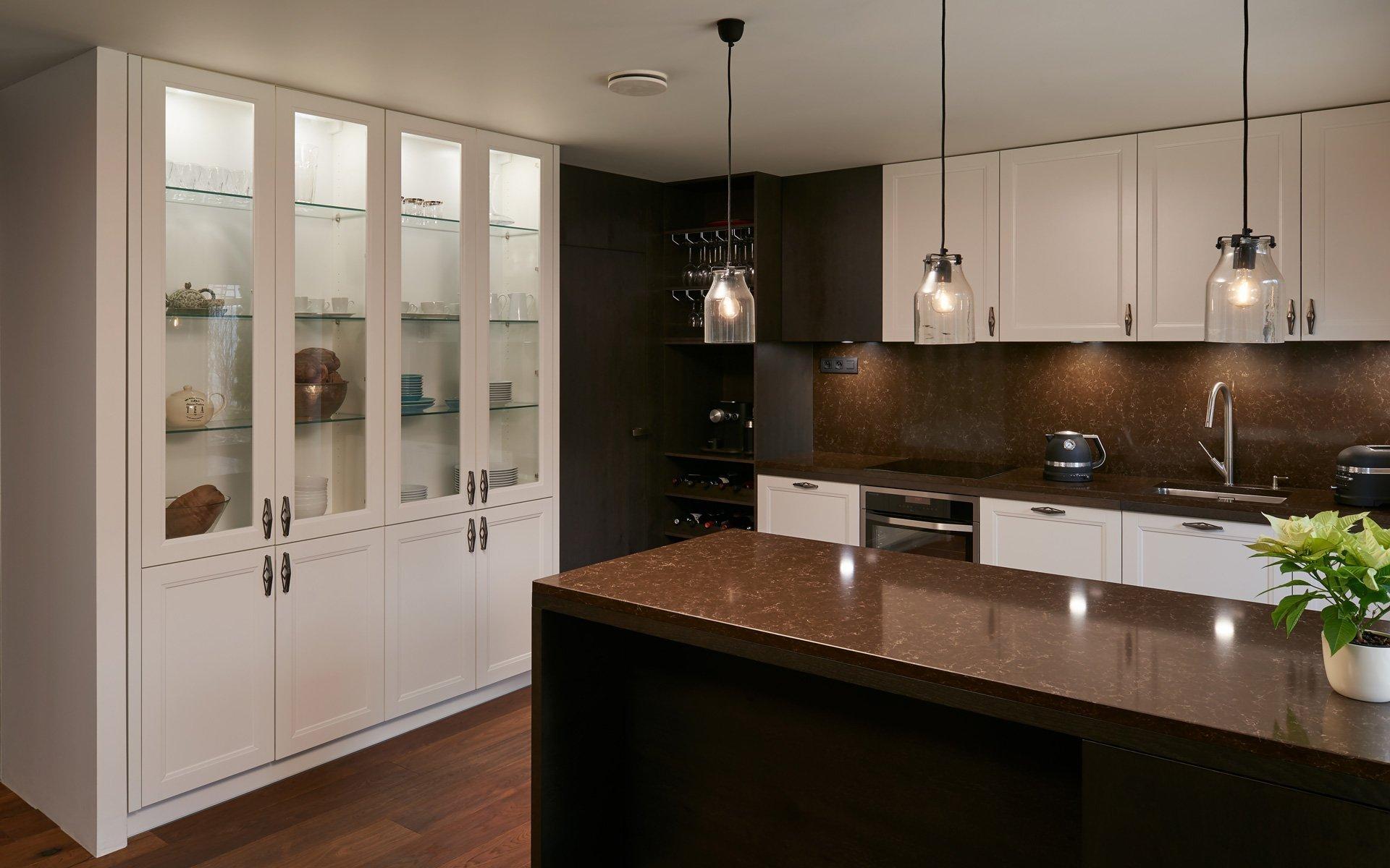 S následujícím modelem kuchyně potěšíme obdivovatele klasických kuchyní, které mají svěží, téměř současný vzhled. Díky tomu se dobře adaptují i do moderních…