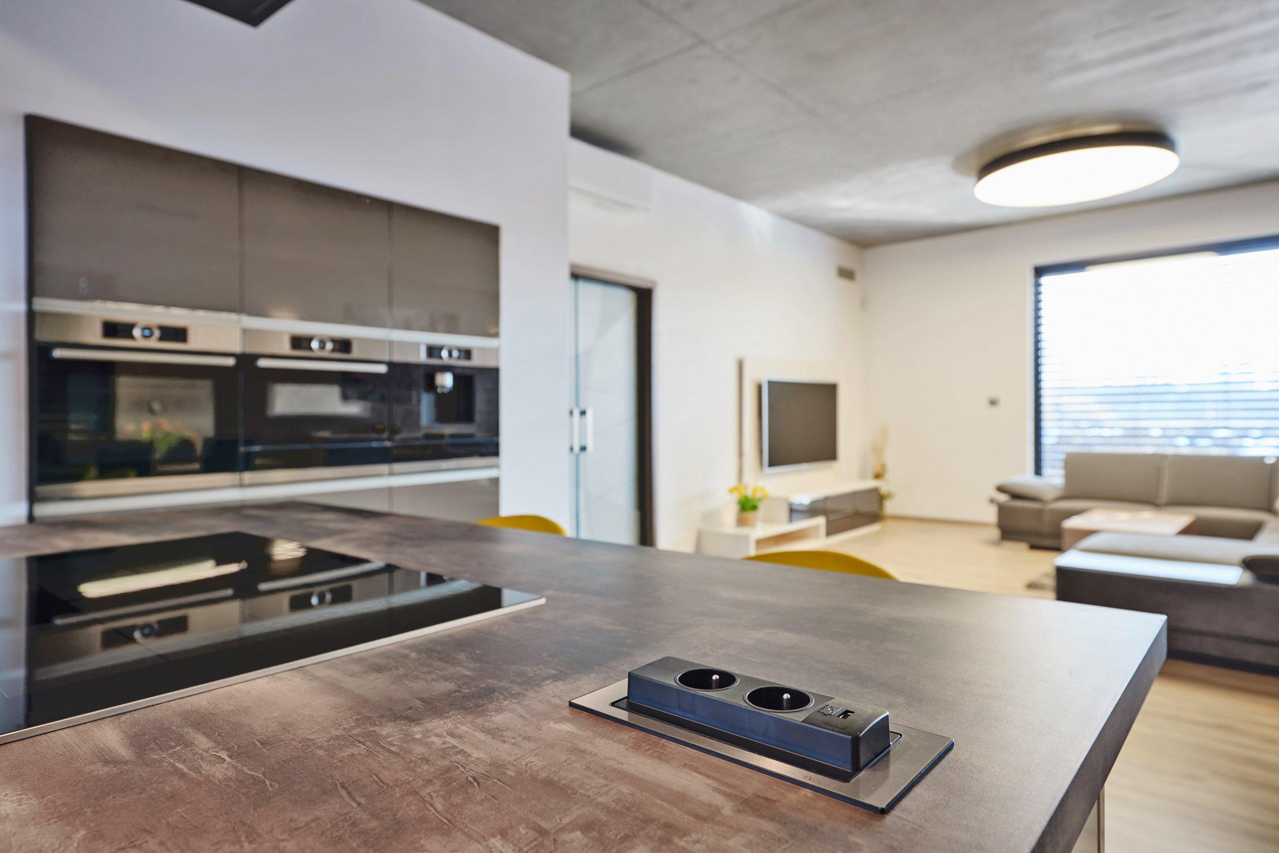 Mladá rodina se dvěma dětmi se rozhodla přestěhovat zmalého bytu vcentru města do prostorného moderního domu ve venkovském prostředí. Nadčasový dům…