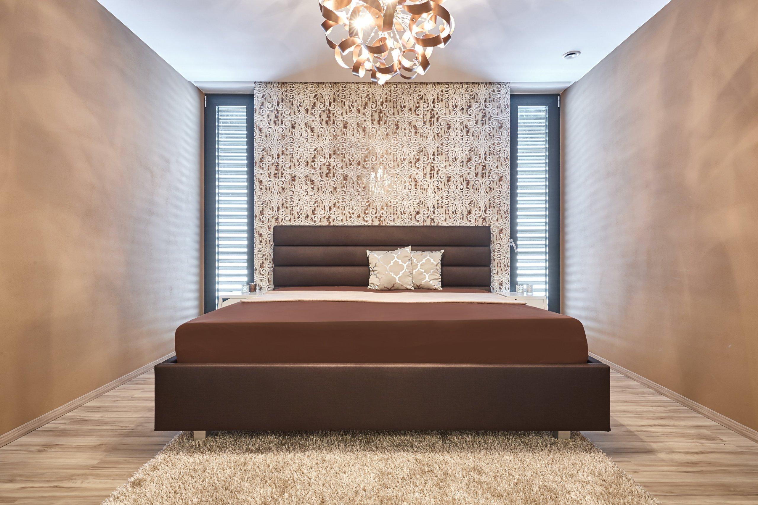 Luxusní 3D tapeta a závěsný lustr s kovových efektem tvoří dominanty této místnosti. Pro harmonii a odpočinek může být interiér doplněn o mandalu v podobě kulatého koberečku, nebo naopak pro zachování jednoduchosti, bílý koberec.