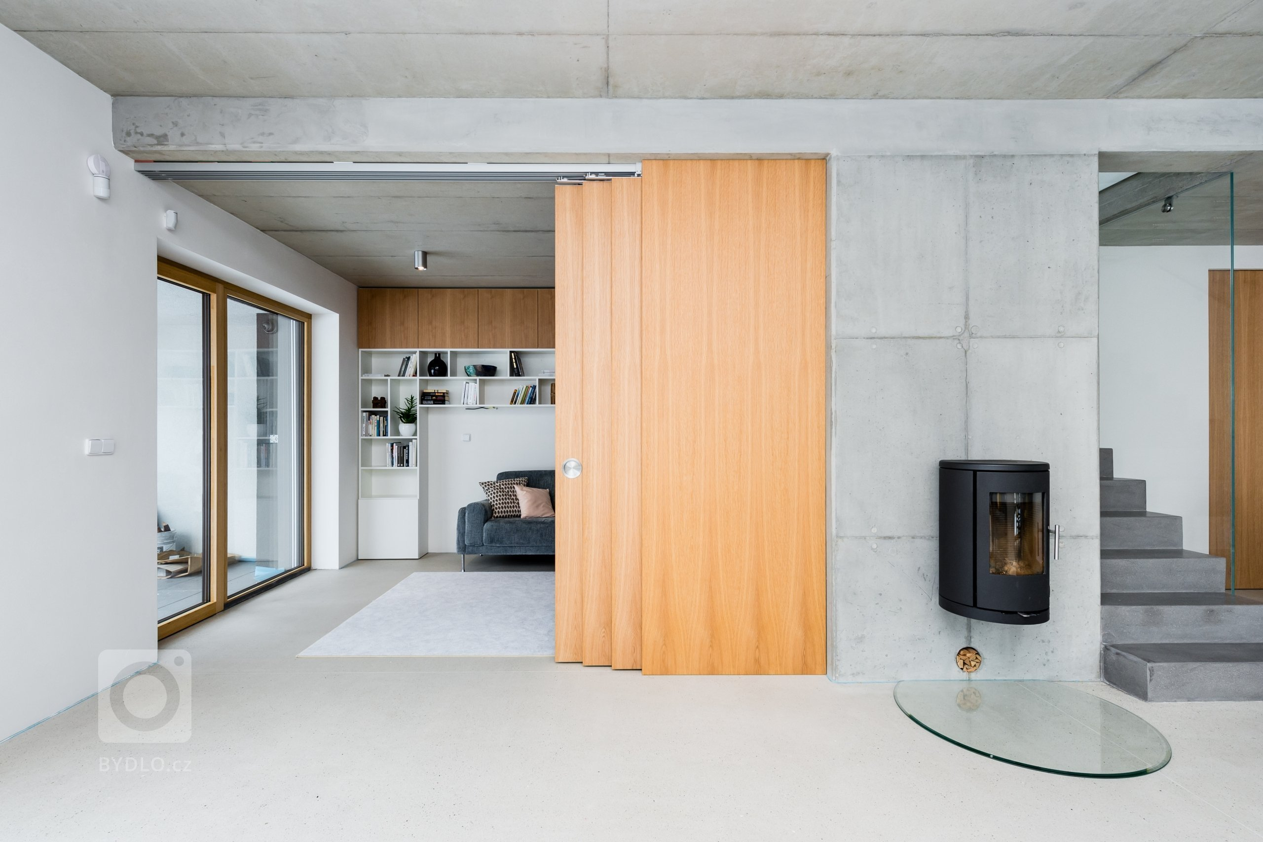 Na projektu jsem s klientem začala spolupracovat již ve fázi hrubé stavby, tak bylo možné ovlivnit matriály jako strop z pohledového betonu, kterému se celý…