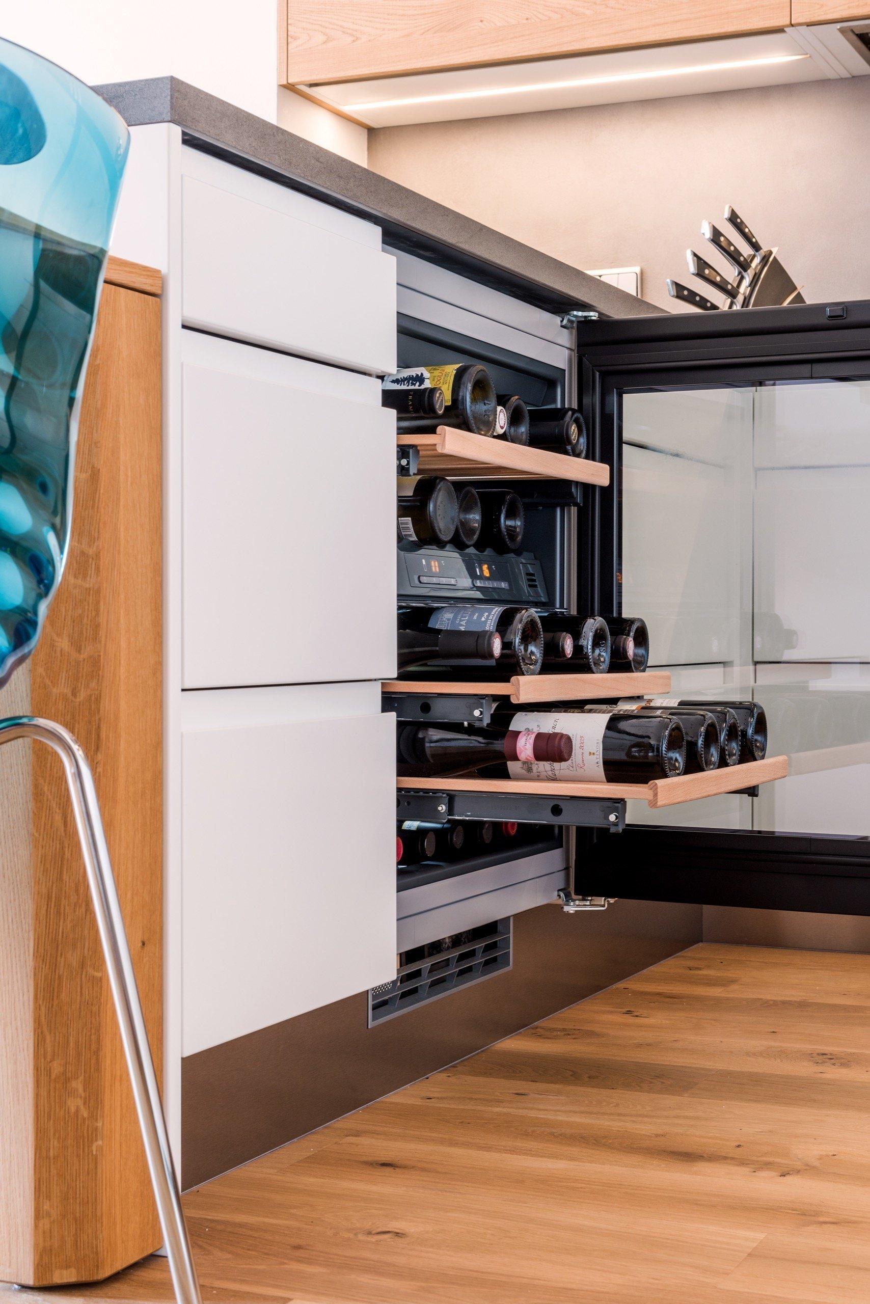 Čistokrevná kuchyně, ve které nic nechybí ani nic nepřebývá. Sofistikované plochy skříní v bílém matu jemně vykreslují prostor, zatímco dubové dřevo s…