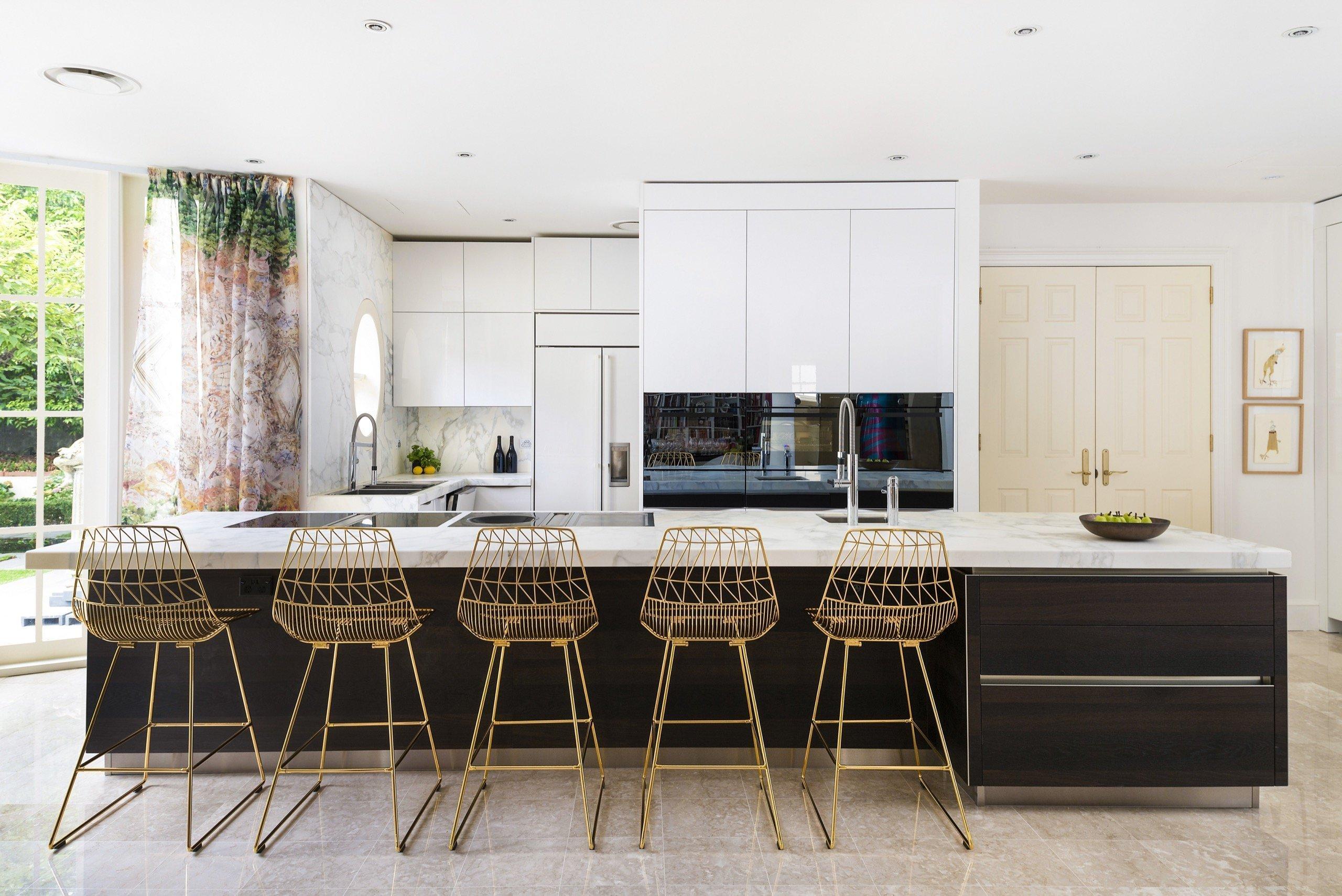 Elegance čistých linií a luxus v daleké Austrálii. Tato sestava dělá radost majitelům v luxusní rezideční čtvrti v Melbourne. Bílá dvířka ve vysokém lesku zde…