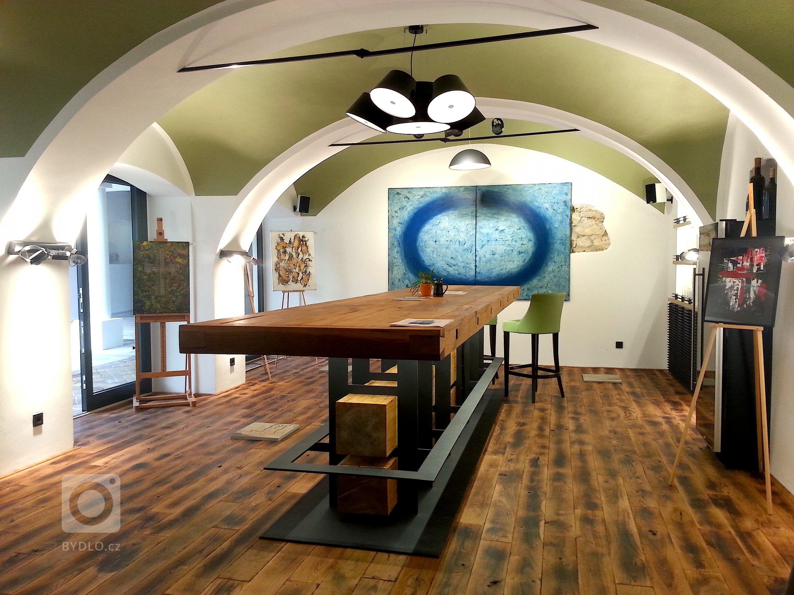1,4t mega stůl = 5metrů dlouhá stolová deska, 700kg kovová konstrukce + 700kg dřevo z 250 let starých dubů. Tradice, pohostinnost, kvalitní řemeslo, stabilita. To jsou symboly, kterými chtějí rodina Taubenschuss komunikovat k milovníkům jejich vín.